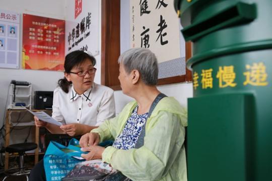 工作人员告诉老人如何填写遗嘱预约表。