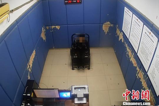 嫌疑人沈某在接受警方讯问。上海松江警方 供图