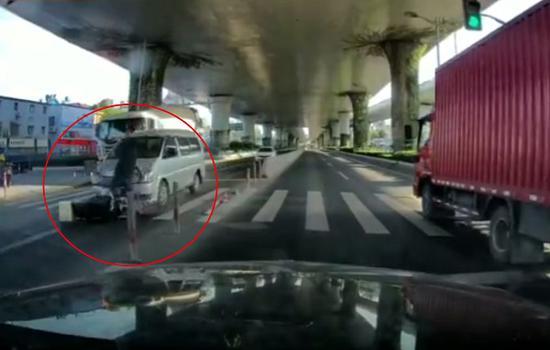 图说:一名骑电瓶车男子被一辆快速行驶的商务车撞击 来源/行车记录仪画面