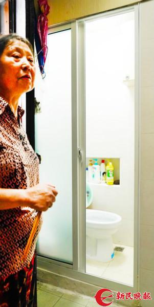 图片说明:尽管卫生间只有1平方米,徐阿姨也很满意了。种楠摄