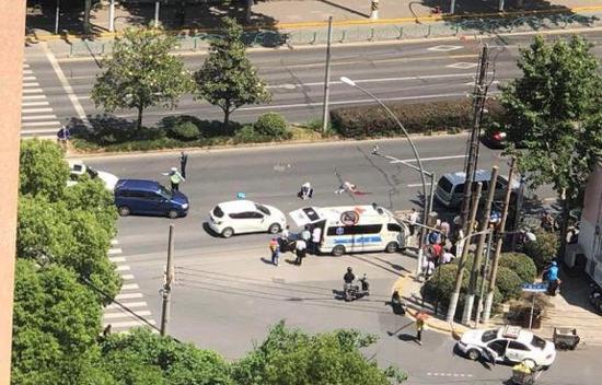图说:周家嘴路辽阳路口一女子过马路被撞身亡 网友供图