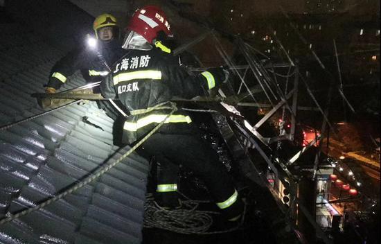 图说:楼顶一太阳能热水器摇摇欲坠 消防供图