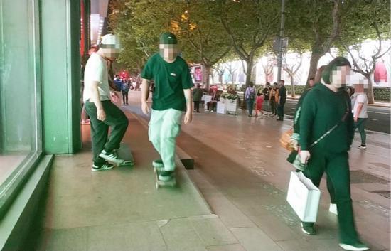 淮海中路人行道上多人玩滑板 人流中穿梭太危险