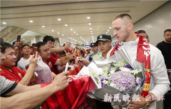 图说:阿瑙托维奇为球迷签名 新民晚报记者 李铭珅 实习生 顾清文 摄