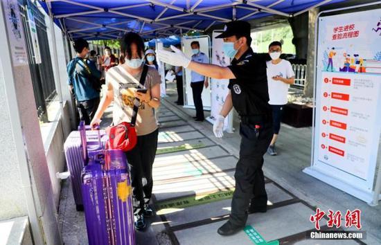 资料图:6月8日,湖北武汉,武汉大学的返校学生进入校园。 中新社记者 张畅 摄