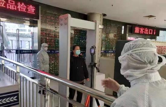进长途客运站的乘客需测量体温