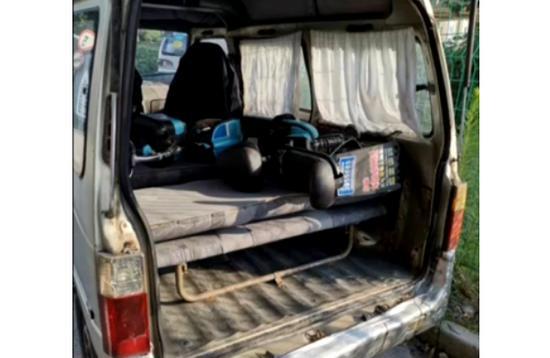 图说:嫌疑人把肇事电动车藏入面包车内。