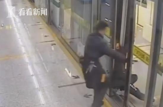 地铁开门瞬间女子晕厥 站务员冲上去一把托住