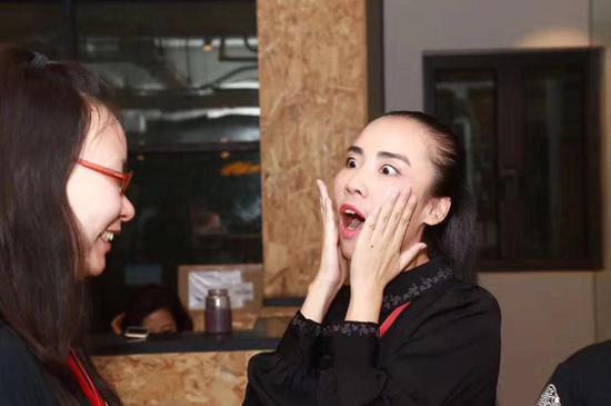唐唐(右)生活中是个热爱生活的有趣的姑娘