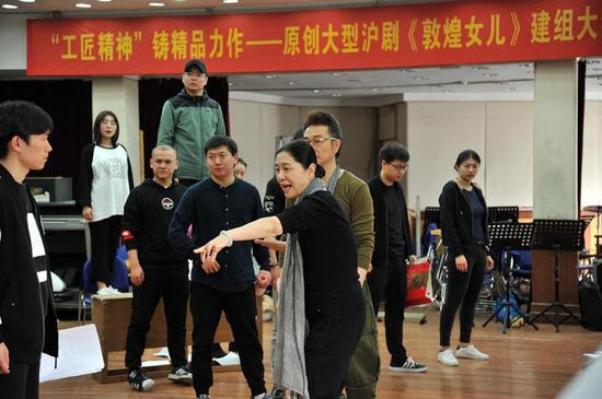 张曼君指导《敦煌女儿》排练