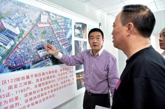 杨叶盛在部署122街坊的旧区改造工作。虹口区政府 供图