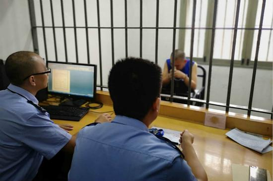 对话上海碰瓷鼻祖:进过11个区看守所 选对象要看面相