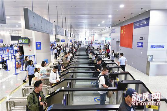 老外变造护照过境偷渡 冒用姐姐照片改小年龄出国务工