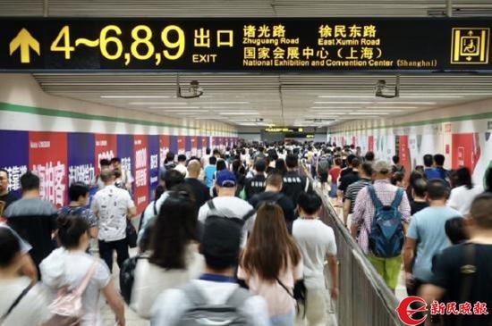 图说:国际会展中心的地铁大客流 新民晚报首席记者 刘歆 摄