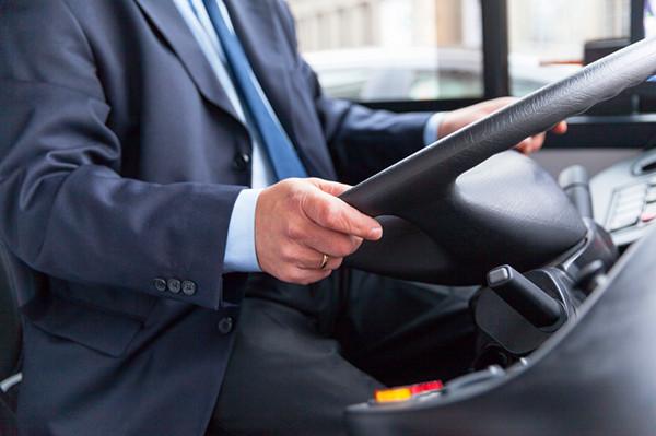 女乘客抢夺公交车方向盘致撞车 已被浦东检察院批捕