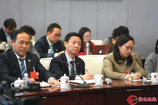 图说:陈超代表(中)。新民晚报首席记者 刘歆 摄