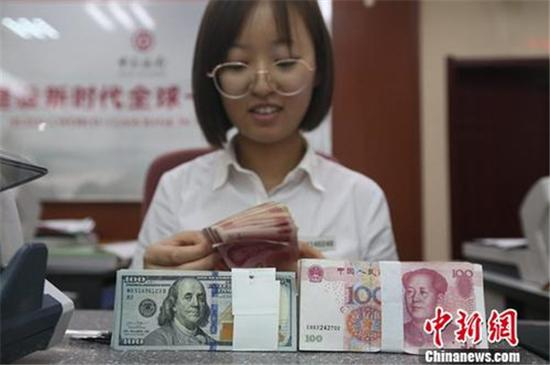 图说:银行工作人员正在清点货币。