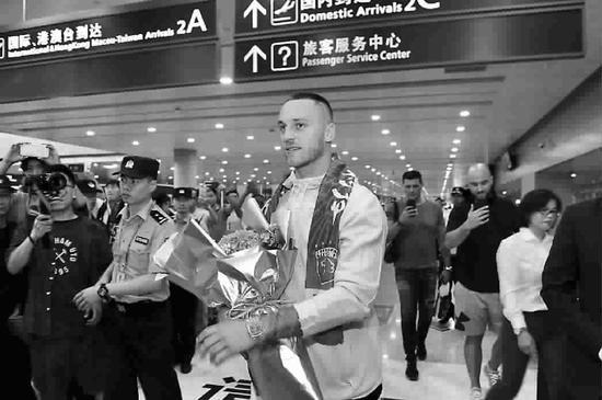 图为阿瑙托维奇抵达浦东机场。