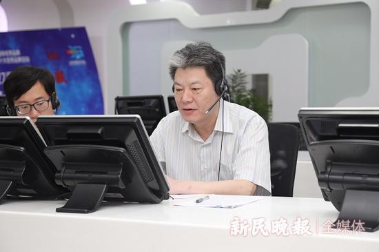 图说:黄永平接听市民来电 新民晚报记者 王凯 摄