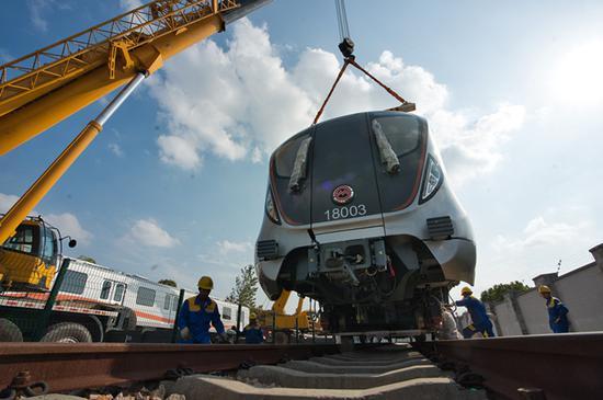 18号线首列车抵沪开始调试 为乘客提供手机无线充电器