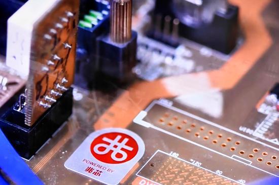 """▲""""兆芯""""芯片代表了国产CPU的最高水平。赵立荣摄"""