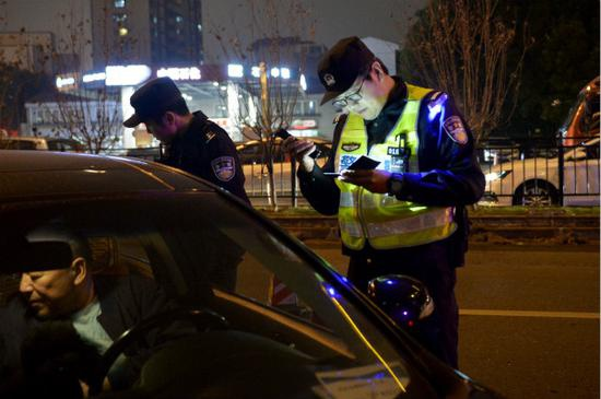 图说:黄浦公安分局交警支队在夜间对噪声超标机动车上道路行驶的交通违法行为开展集中整治。黄浦公安分局供图