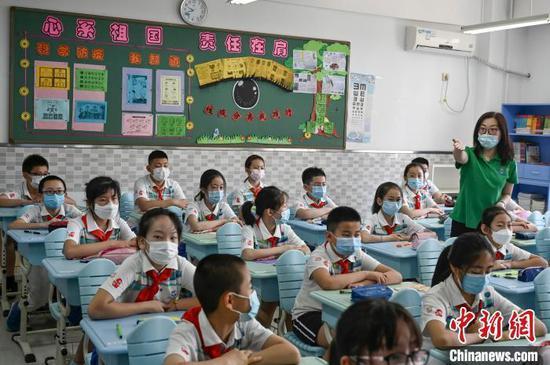 资料图:小学生佩戴口罩返校复课。 张兴龙 摄