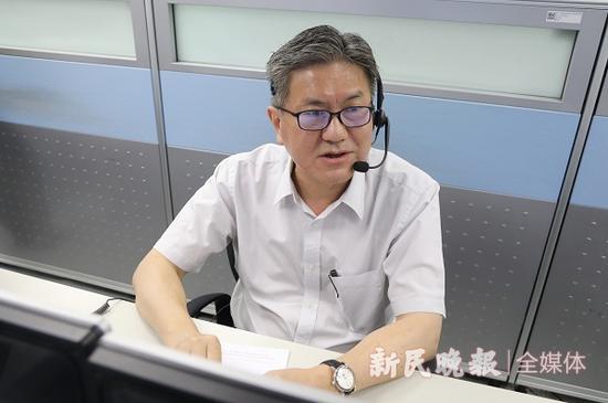 图说:市道运局局长于福林接电 新民晚报记者 王凯 摄