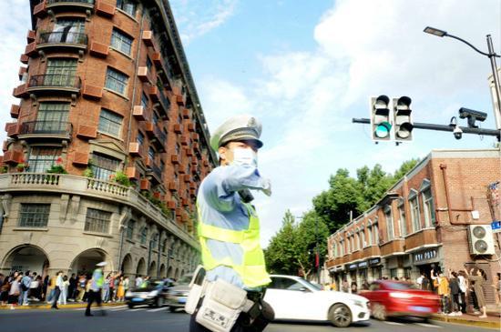 图说:民警现场指挥交通
