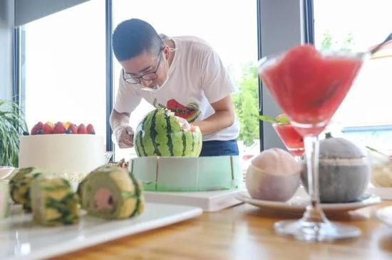 庄志强制作西瓜创意甜品