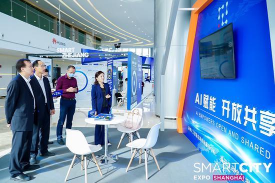 上海分会场的智慧城市建设成果展示区吸引了不少观众。
