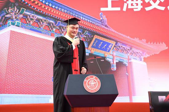 姚明作为毕业生代表发言。 本文图片均为上海交通大学 提供