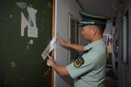 群租房藏身老弄堂:2㎡配电间住人 二房东每月收益三万