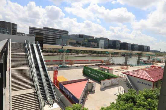 总长847米的国家会展中心二层步廊全貌,近处为已经建成的二层步廊一期,远处为二层步廊二期。