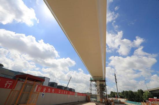 国家会展中心二层步廊二期桥面的水泥预制板已经吊装完毕。