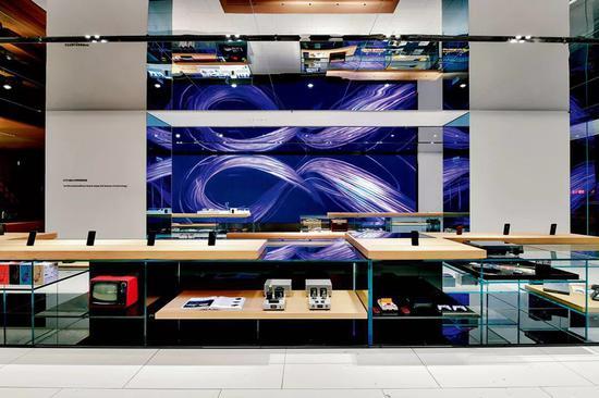 OPPO位于深圳华强北步行街的超级旗舰店内景。