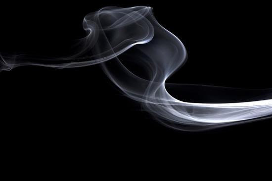 老伯公交站抽烟拳打劝阻者被刑拘:抽一根烟他要报警