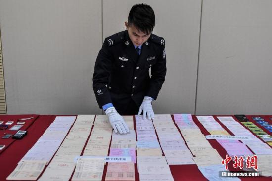 资料图:广东警方侦破地下钱庄系列案件,涉案460余亿元。图为展示的涉案物品。中新社记者 陈骥旻 摄