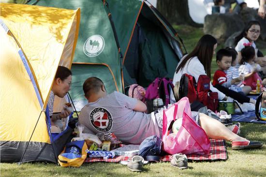游客在东方绿洲内搭帐篷休憩  殷立勤 摄