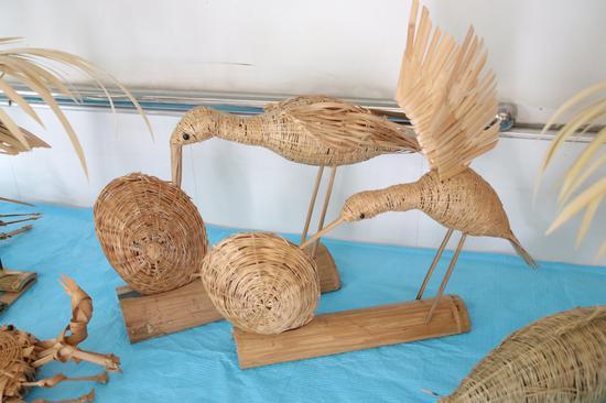 73岁竹编达人自制创意作品 飞鸟、螃蟹、孔雀栩栩如生