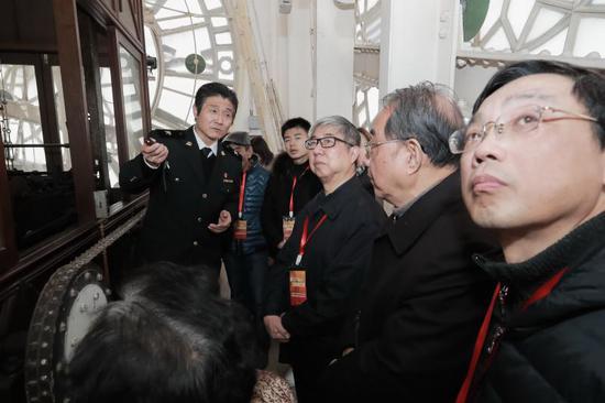 海关大楼90岁生日时,魏云寺在市民参观日为外滩街道居民即大钟的邻居们讲解。(海沙尔 摄)