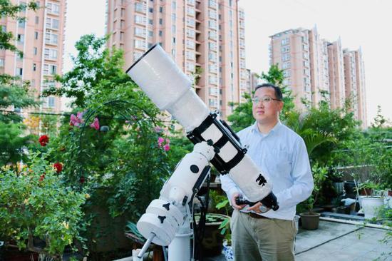 徐卫斌和他的摄影器械。刘润豪 摄