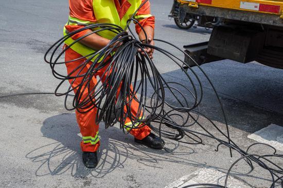 """图为被剪断的""""飞线"""",这些缆线均为违规架设"""