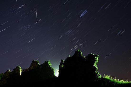 新华社照片,外代,2019年8月13日 (外代二线)(10)英仙座流星雨 这是8月12日在白俄罗斯明斯克附近的村庄拍摄的英仙座流星雨(长时间曝光照片)。 新华社/法新