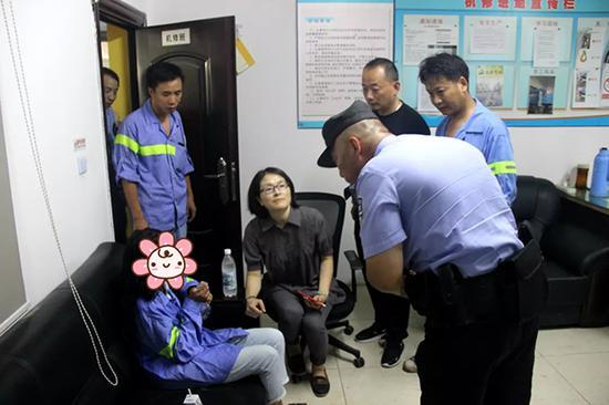 """警方询问女子情况后,将其送往救助站。""""普陀城投""""微信公众号 图"""