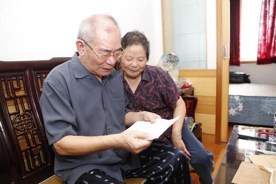 △沈曙和老板翻开王晓霞父亲十几年前写给他们的信勾起了很多回忆,感慨万分。