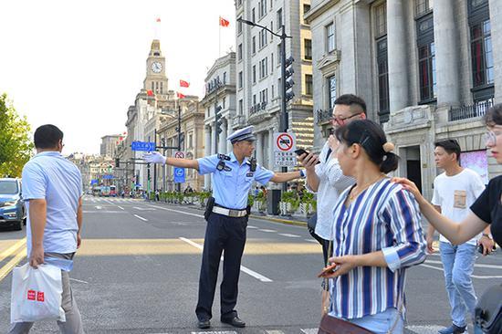 中秋节当晚外滩客流同比增五成 警方波次放行稳中有序