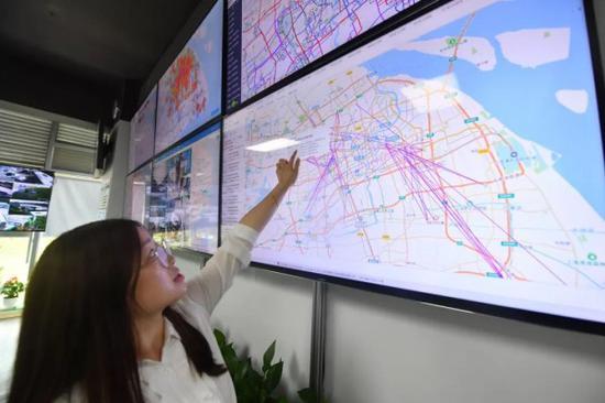 上海推出首条AI定制巴士 价格仅为打车1/10可一键预约