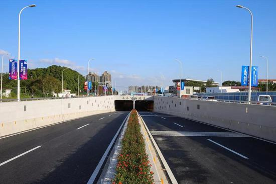 奉贤往市区下穿地道开通试运行 全长450米双向四车道