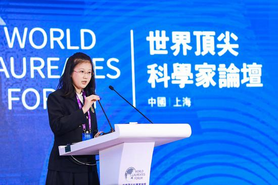 胡诗成站在世界顶尖科学家论坛的演讲台上